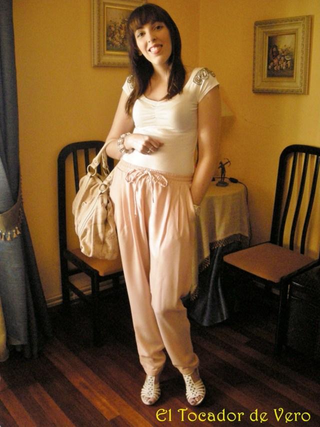Pantalones Amichi, camiseta Berskha, Sandalias Mustang