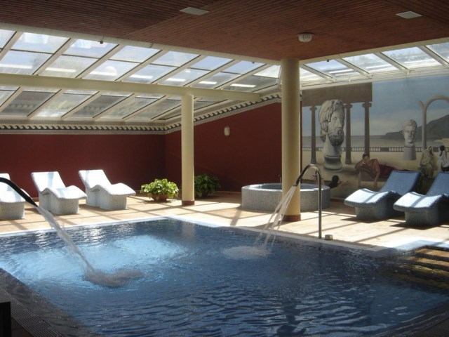 Piscina interior con sofás de piedras calientes -imagen sacada de su web
