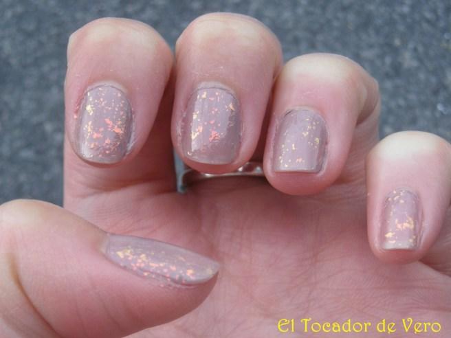 Manicura en color topo y glitter